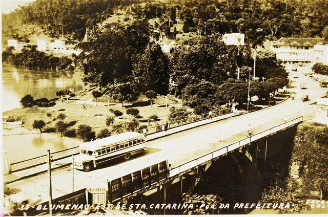 Bus auf Brücke